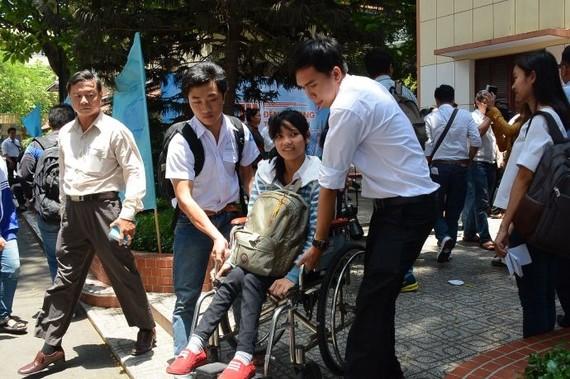 殘疾大學生潘氏金雲獲同學輔助搭乘巴士。