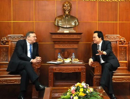 教育與培訓部長馮春迓(右)接見匈牙利共和國駐越南特命全權大使奧利‧喬鮑(Öry Csaba)。(圖源:伯海)