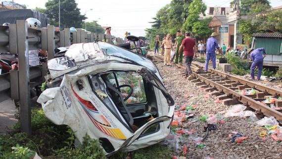 列車與卡車相撞後,導致卡車的駕駛室被拋離約30米遠,幸好沒造成人命傷亡。(圖源:互聯網)