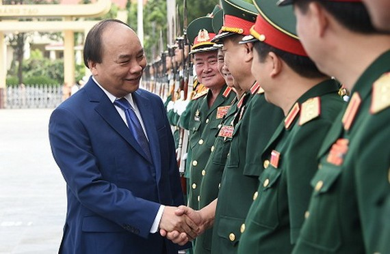 政府總理阮春福與學院幹部握手問候。(圖源:互聯網)