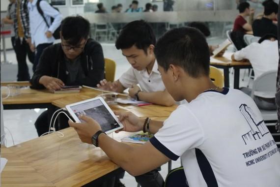 該圖書館具備逾7700本英語書籍、5部平板電腦及14部電腦,開放自選資料庫為全校大學生、學員、講師及幹部公務員服務。(圖源:水金)