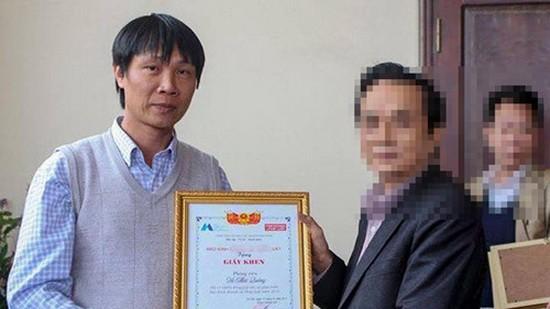 武蔡廣(左)以記者分身從某家報社代表人接過獎狀。(圖源:武蔡廣臉書圖片)