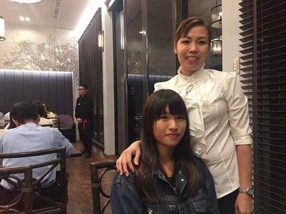 當了台灣媳婦23年,經歷過許多困難,如今陳金蘭(右)的幸福就是兩名子女學業有成,獲得夫家支持以及可以當越語教師。