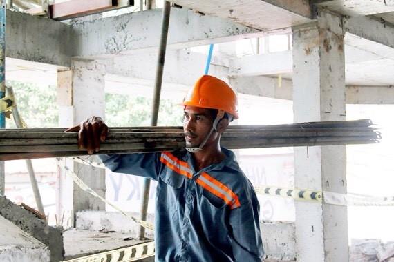 石林成每天在工地勤奮工作。