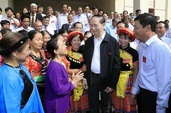 國家主席陳大光與各代表交談。(圖源:越通社)