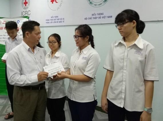 市紅十字會副主席陳文俊向黃青珠頒發獎助學金。