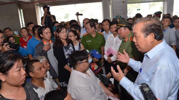 Phó Thủ tướng Thường trực Trương Hoà Bình thăm hỏi, động viên người dân sống trong khu tạm cư sau vụ hoả hoạn. Ảnh: VIỆT DŨNG