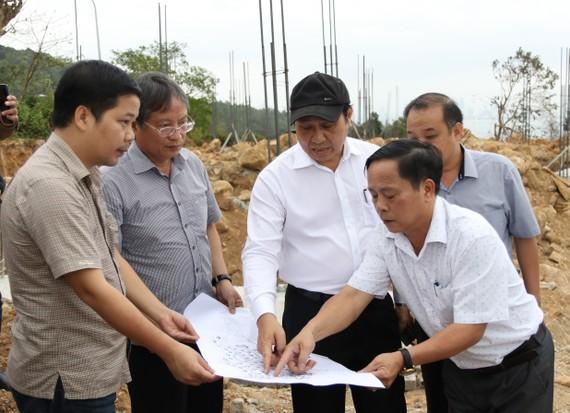 Chủ tịch UBND TP Đà Nẵng Huỳnh Đức Thơ đi kiểm tra việc xây dựng xây dựng biệt thự nghỉ dưỡng khi chưa có giấy phép trên bán đảo Sơn Trà. Ảnh: NGUYÊN KHÔI