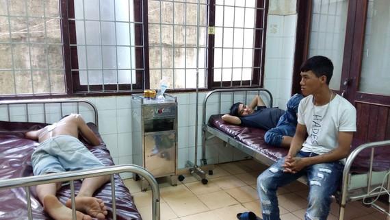 Ba thanh niên bị Công an xã Ea Kao bắn đang nằm điều trị tại bệnh viện. Ảnh MINH ANH