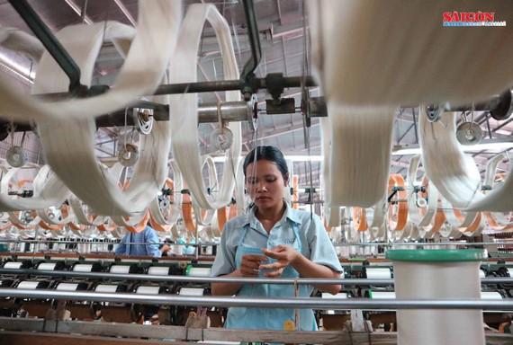 Nghề ươm tơ, dệt lụa đã tạo công ăn việc làm cho hàng ngàn lao động trên địa bàn TP Bảo Lộc, đóng góp rất lớn trong giá trị kim ngạch xuất khẩu của địa phương với khoảng 10 triệu USD/năm. Ảnh: ĐOÀN KIÊN