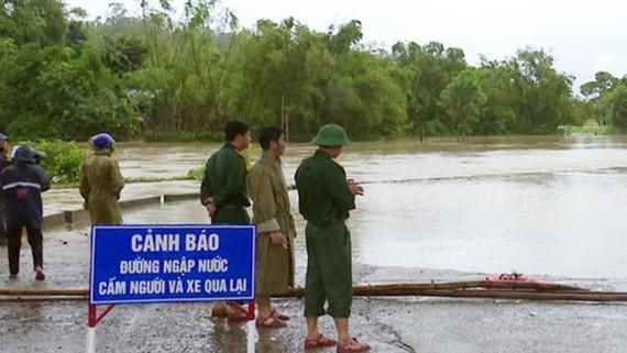 Tỉnh Phú Yên đã cử người trực chốt tại những địa phương chìm ngập trong nước lũ