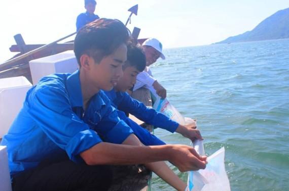 Sau lễ mít tinh, các đại biểu và đoàn viên thanh niên thả tôm giống tái tạo nguồn lợi thủy sản