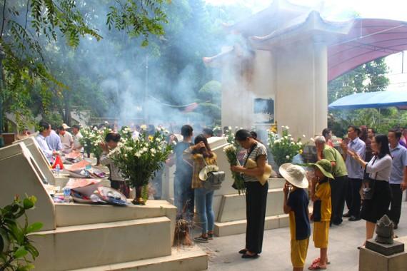 Đông đảo người dân đến dâng hương, dâng hoa tưởng niệm, tri ân trước phần mộ 10 nữ anh hùng liệt sĩ TNXP Ngã ba Đồng Lộc