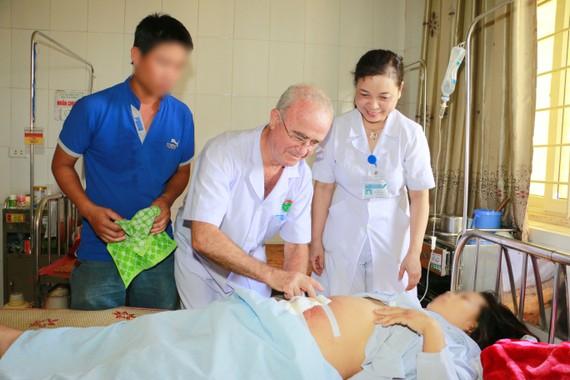 Bác sĩ Daniel Derval kiểm tra vết mổ cho sản phụ P. sau khi được phẫu thuật