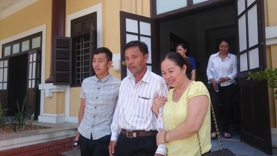 Bị cáo Quyền cùng người thân rời tòa