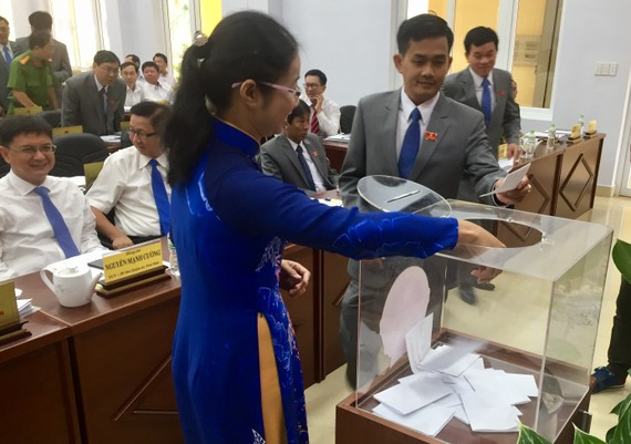 Các đại biểu HĐND quận Thủ Đức bỏ phiếu bầu đồng chí Nguyễn Thọ Truyền giữ chức danh Chủ tịch HĐND quận Thủ Đức nhiệm kỳ 2016-2021.