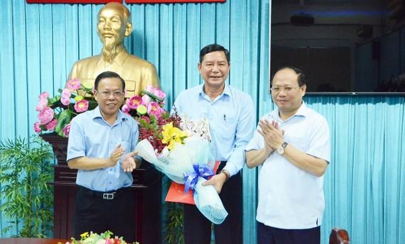 Đồng chí Tất Thành Cang (bìa phải) và đồng chí Trần Văn Ước (giữa) tại buổi trao quyết định. Ảnh: KIỀU PHONG