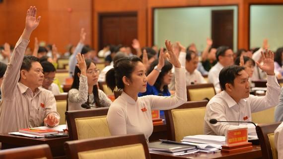Các đại biểu HĐNDTPHCM biểu quyết thông qua tờ trình. Ảnh: Việt Dũng