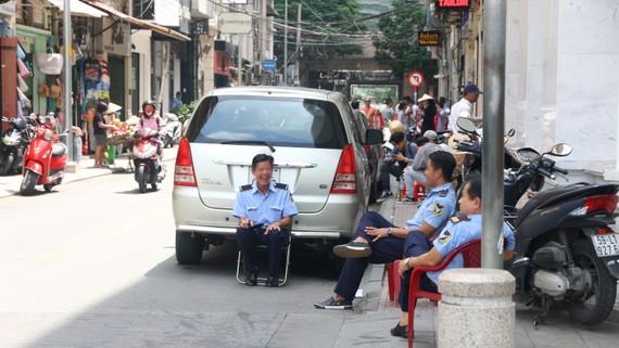 Vỉa hè đường Tôn Thất Hiệp, quận 1 bát nháo, lộn xộn