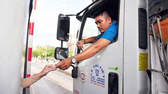 Tài xế dùng tiền lẻ trả phí qua Trạm BOT tuyến tránh TP Biên Hòa (Đồng Nai) ngày 9-9