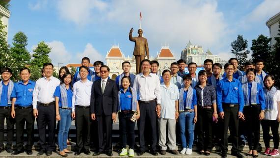 Các chiến sĩ cùng lãnh đạo TPHCM chụp hình lưu niệm trong lễ xuất quân