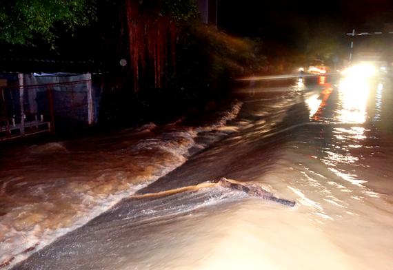 Mưa lớn kèm với việc xả lũ khiến nước lũ tràn bờ đê ở huyện Thạch Thành