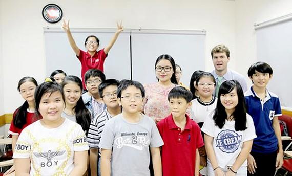 Giáo viên, trợ giảng và học sinh tại hệ thống Anh văn Hội Việt Mỹ