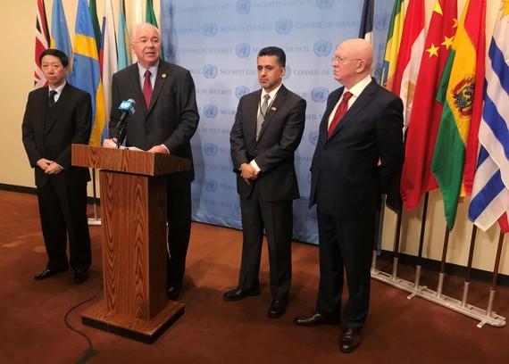 (Từ trái sang phải) Đại sứ Trung Quốc tại LHQ Wu Haitao, Đại sứ Venezuela tại LHQ Rafael Dar'o, Đại sứ Bolivia tại LHQ Sacha Sergio Llorenty Soliz và Đại sứ Nga tại LHQ Vassily Nebenzia trả lời phỏng vấn báo chí tại văn phòng LHQ ở New York ngày 13-11.