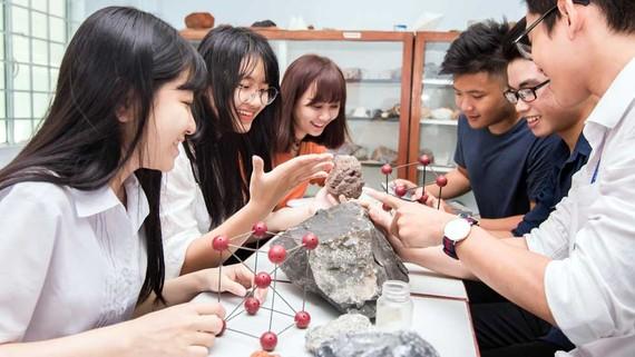 Sinh viên Trường ĐH Bách khoa (ĐH Quốc gia TPHCM) - trường đạt nhiều chuẩn kiểm định quốc tế cấp trường lẫn chương trình - trong giờ học thực hành
