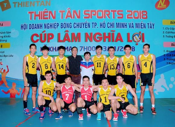 HLV Trần Minh Khang và cựu chủ công Nguyễn Hữu Hà (số 11) hào hứng tham gia sân chơi phong trào.