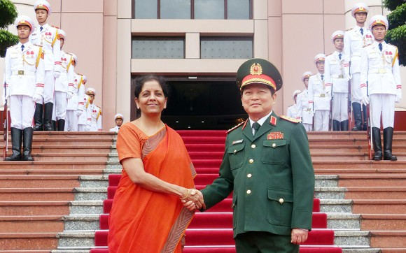 Bộ trưởng Ngô Xuân Lịch và Bộ trưởng Nirmala Sitharaman tại lễ đón. Ảnh: TRẦN BÌNH