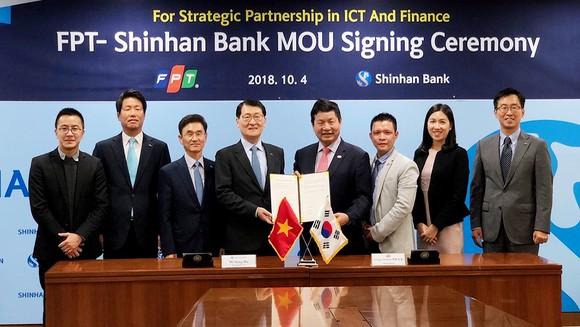 Tập đoàn FPT và Shinhan Bank chính thức ký kết hợp tác chuyển đổi ngân hàng số tại Seoul, Hàn Quốc. Ảnh: FT