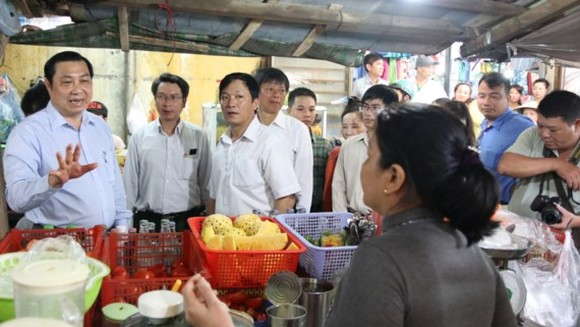 Chairman of Da Nang City People's Committee Huynh Duc Tho check food safety in a market (photo: SGGP)to