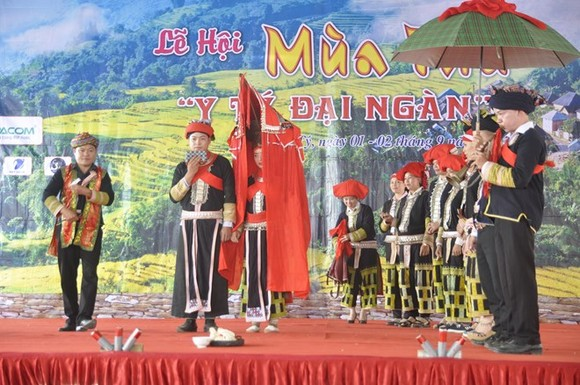 The wedding of the Dao Do ethnic people is re-enacted at the festival (Photo: VNA)
