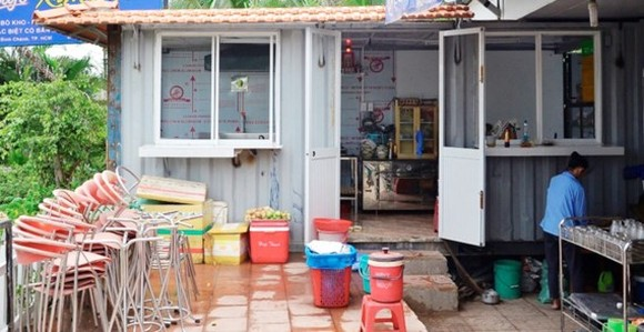 Peple convert container into kitchen (Photo: SGGP)