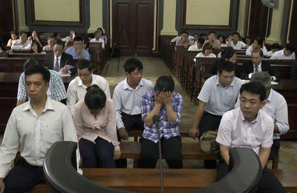 Former VN Pharma's chairman of the Board of Directors cum general director Nguyen Manh Hung (right, first line), former director of H&C International Marine Trade Company Vo Manh Cuong (left, first line) and seven other defendants are at the appeal court