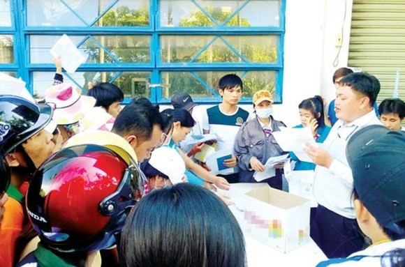 Workers of Sae Hwa Vina Company in Cu Chi require managers to pay salary and insurance (Photo: SGGP)