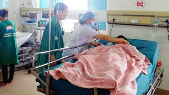 The traffic victim are being taken care of by medical workers of Quang Tri's General Hospital (Photo: SGGP)