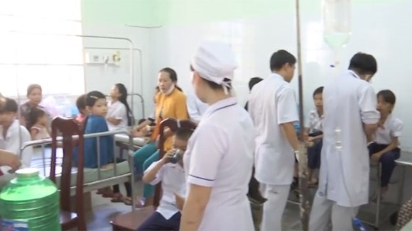 Poisoned students are treated in the local clinic (Photo: SGGP)
