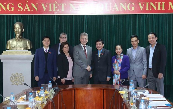Representatives of the Vietnam General Confederation of Labour and the Austrian Trade Union Federation have a meeting on November 21 (Photo: VNA)