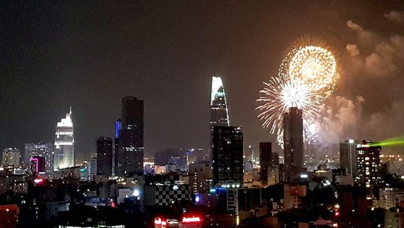 HCMC welcomes New Year 2018 with light festival, fireworks shows