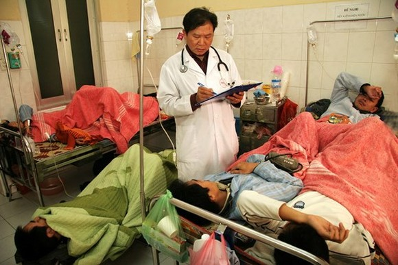 Vietnam will tackle overloaded hospitals with two or three patients in one bed (Photo: SGGP)