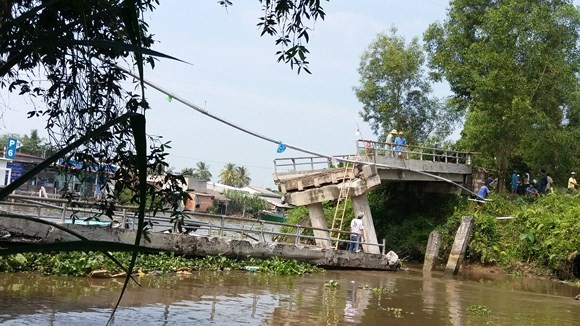 Bridge collapses in Tien Giang following barge collision
