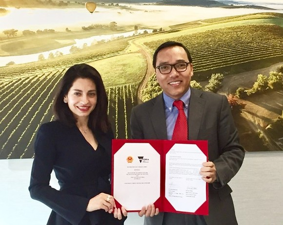 Director of the Vietnamese Department of Foreign Affairs of Localities Nguyen Hoang Long (R) and Deputy Secretary of Victoria's Department of Economic Development, Job, Transport and Resources Gonul Serbest sign the agreement on March 9 (Photo: VNA)