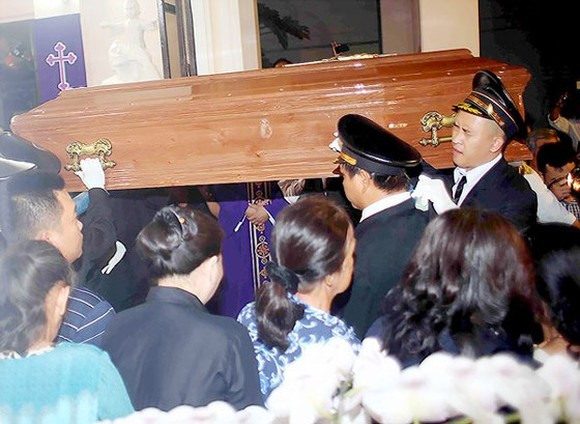 Coffin of Archbishop Paul Bui Van Doc arrives in HCMC