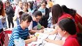 Students register  at a job fair (Photo: SGGP)