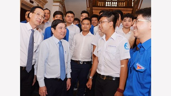 Chairman Nguyen Thanh Phong meets good students at the event (Photo: SGGP)