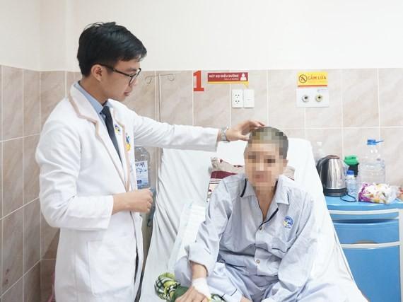 Vietnamese surgeons remove big brain tumor to save patient