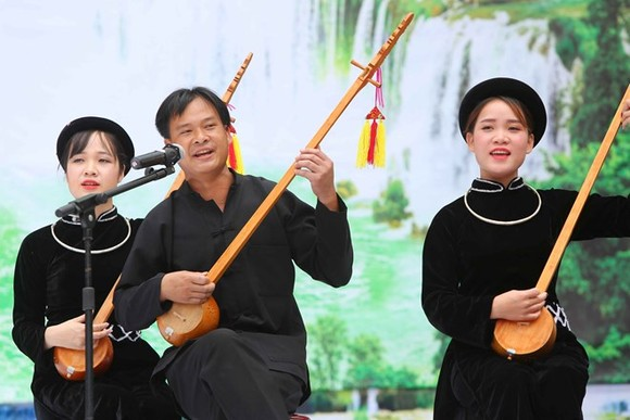 A performance of Then singing with Tinh gourd lute at the festival (Photo: VNA)