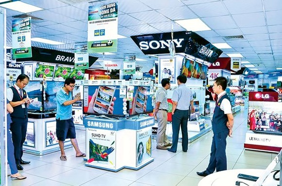 Visitors at an electronics store in HCMC (Photo: SGGP)